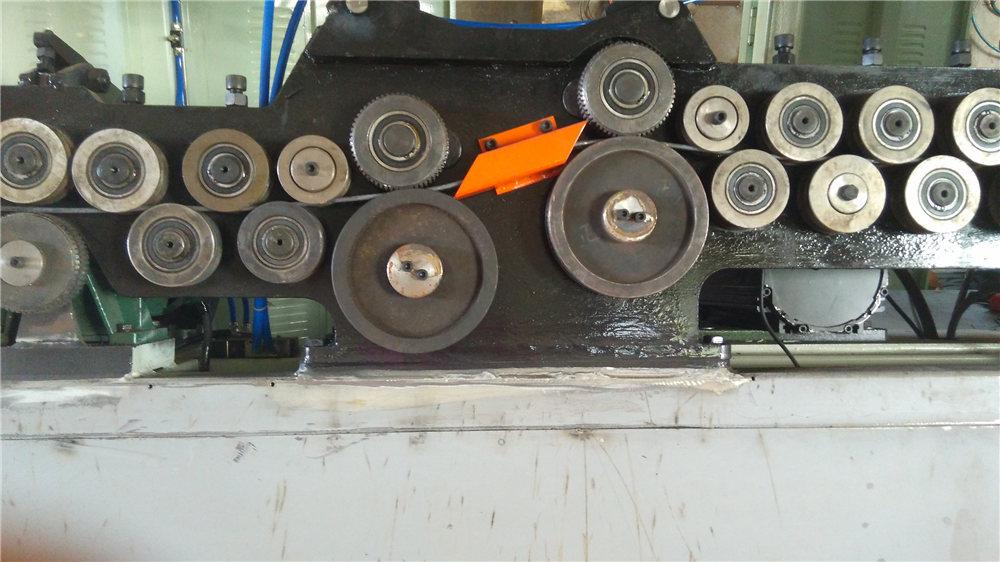 Automātiska kāpurķēdes locīšanas mašīna